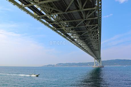明石海峡大橋を通過する船の写真素材 [FYI03130919]