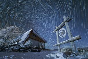 冬の霧ヶ峰と星の軌跡の写真素材 [FYI03130933]