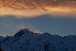 夕暮れの彩雲と五竜岳の写真素材 [FYI03130951]