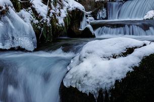 冬の渓流の写真素材 [FYI03130955]