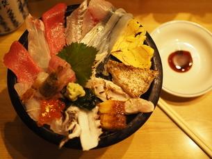 近江市場・海鮮丼(真上)の写真素材 [FYI03131086]
