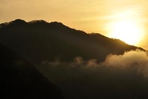 昇る朝陽の写真素材 [FYI03131150]