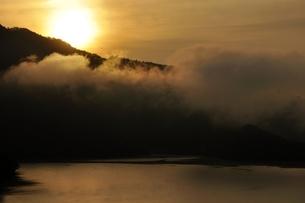 昇る朝陽の写真素材 [FYI03131151]