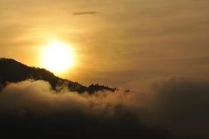 昇る朝陽の写真素材 [FYI03131152]