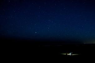 星空の下でのバーベキューの写真素材 [FYI03131210]