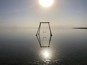 ボンベイビーチのブランコと海 湖の写真素材 [FYI03131301]