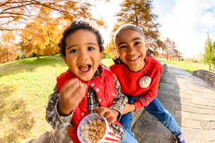 ポップコーンを食べる子供の写真素材 [FYI03131460]