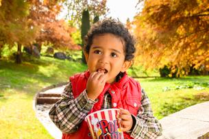 ポップコーンを食べる子供の写真素材 [FYI03131465]