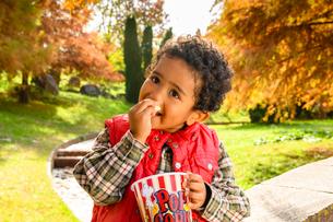 ポップコーンを食べる子供の写真素材 [FYI03131466]