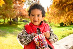 ポップコーンを食べる子供の写真素材 [FYI03131467]
