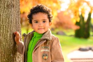 紅葉の公園の子供の写真素材 [FYI03131482]