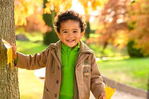 紅葉の公園の子供の写真素材 [FYI03131484]