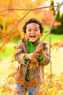 紅葉の公園の子供の写真素材 [FYI03131487]