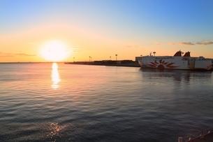 大阪南港ATC フェリーターミナルより望む夕景 の写真素材 [FYI03131564]