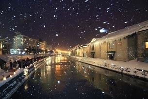 小樽雪あかりの路と降雪 の写真素材 [FYI03131822]