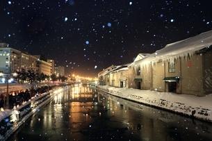 小樽雪あかりの路と降雪 の写真素材 [FYI03131823]