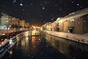 小樽雪あかりの路と降雪 の写真素材 [FYI03131824]