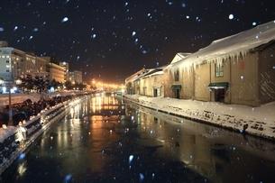 小樽雪あかりの路と降雪 の写真素材 [FYI03131825]