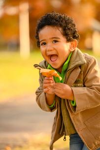 紅葉の公園の子供の写真素材 [FYI03131923]