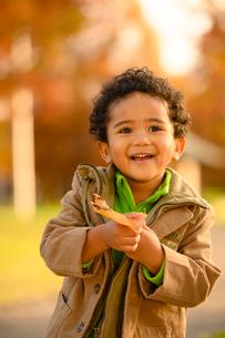 紅葉の公園の子供の写真素材 [FYI03131925]
