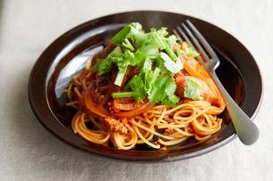 トマトとひき肉のエスニックパスタの写真素材 [FYI03132132]
