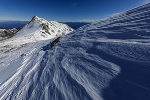 冬晴れのシュカブラ(雪紋)と和合山の写真素材 [FYI03132174]