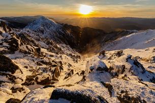 夕日を浴びる雪稜と三ノ沢岳の写真素材 [FYI03132177]
