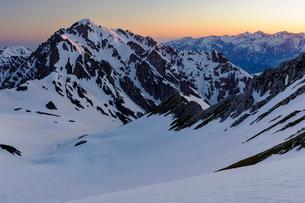 モルゲンロートの剱岳遠くには白馬三山の写真素材 [FYI03132234]
