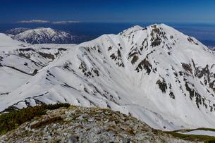残雪の奥大日岳、遠くには薬師岳、白山を望むの写真素材 [FYI03132239]
