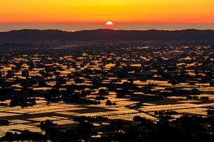 夕焼けの散居村と夕陽の写真素材 [FYI03132243]