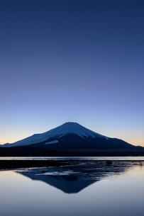 日没後の山中湖から望む冬の富士山の写真素材 [FYI03132250]