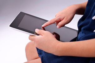iPadを操作する女の子の写真素材 [FYI03132271]