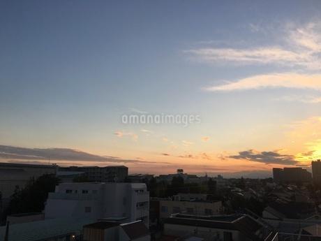 都会のマンションから見た夕焼け空の写真素材 [FYI03132316]