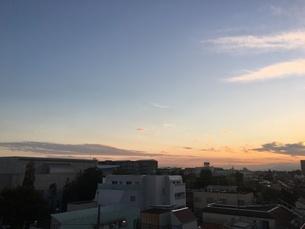 都会のマンションから見た夕焼け空の写真素材 [FYI03132318]