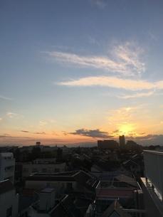 都会のマンションから見た夕焼け空の写真素材 [FYI03132319]