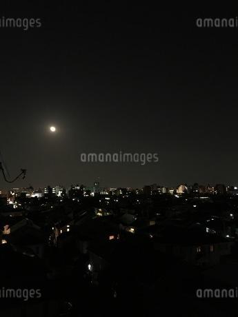 高台からの景色 月の出ている東京の夜空の写真素材 [FYI03132323]