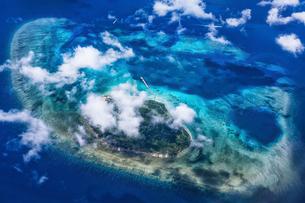 沖縄県・八重山諸島 空から眺めた鳩間島の風景の写真素材 [FYI03132390]
