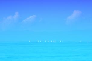 海とヨット イメージを色彩で表現の写真素材 [FYI03132432]