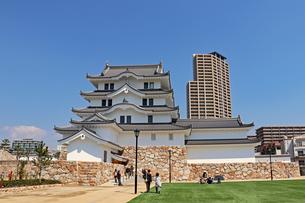街中に立つ尼崎城の写真素材 [FYI03132463]