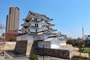 街中に立つ尼崎城天守の写真素材 [FYI03132476]
