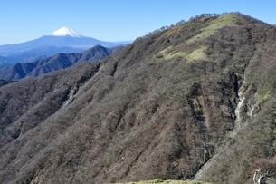 初冬の富士山と不動ノ峰の写真素材 [FYI03132494]