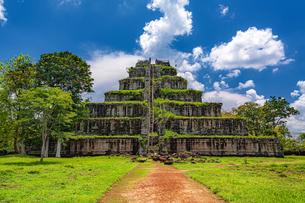 カンボジア・コーケー遺跡群のピラミッドの写真素材 [FYI03132510]