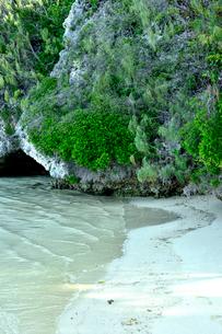 透明感のあるウヴェア島のビーチ近くにある自然植生のある小さな洞窟の写真素材 [FYI03132587]
