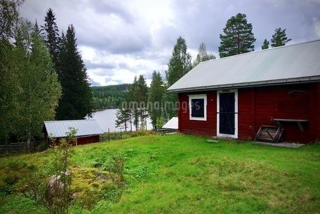 湖と赤い家の写真素材 [FYI03132761]