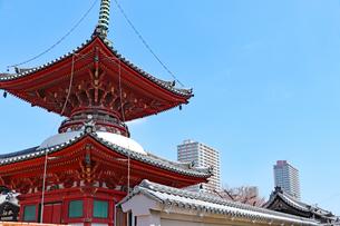 街中に立つ仏塔の写真素材 [FYI03132900]