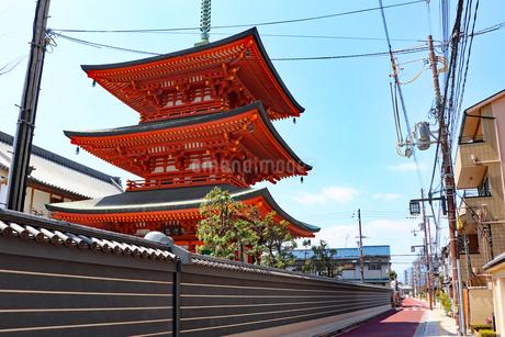 街中に立つ仏塔の写真素材 [FYI03132902]