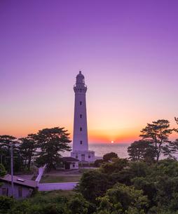 島根県 自然 風景 日本海に沈む夕日と出雲日御碕灯台の写真素材 [FYI03132932]
