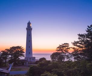 島根県 自然 風景 日本海の夕景と出雲日御碕灯台の写真素材 [FYI03132938]