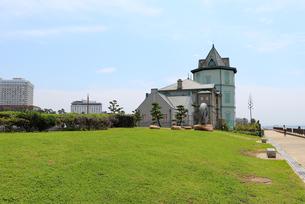 芝生に囲まれたモダンな洋館の写真素材 [FYI03132962]