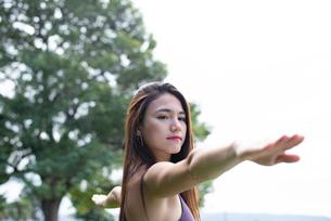 公園でヨガポーズをしている女性の写真素材 [FYI03133037]